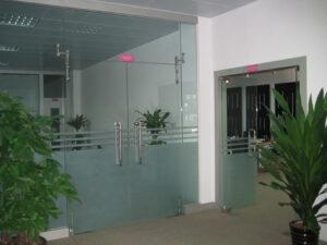 cửa kính thủy lực 2 cánh cho công ty