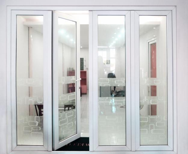 Nên sử dụng cửa nhôm Xingfa màu xám ghi hay màu trắng cho nhà phố?