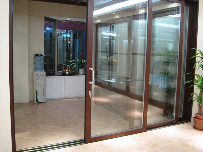 Nhà phố 30m2 nên chọn mẫu cửa đi nhôm kính Xingfa nào?