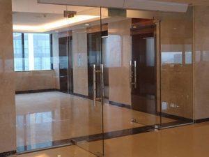 Cửa kính cường lực bản lề kẹp có tốt không? Giá bán cửa kính có đắt không?