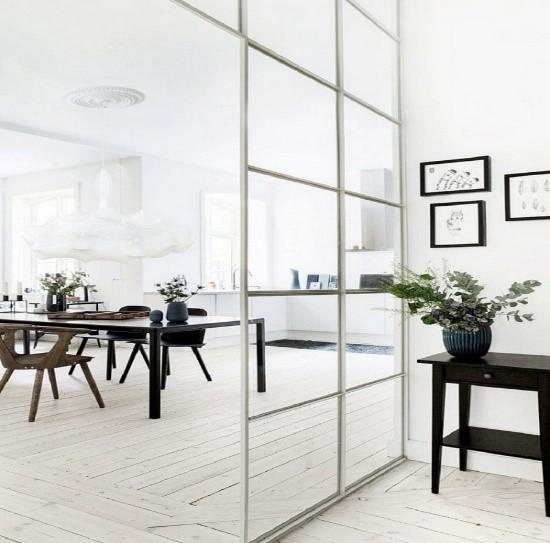 Vách kính ngăn phòng khách và bếp